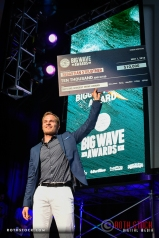 Sebastian Steudtner accepts the Biggest Wave Award